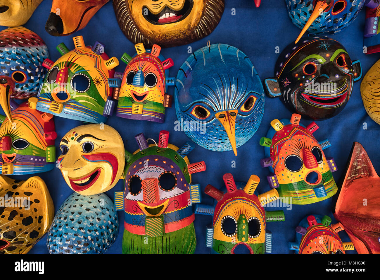 Otavalo, Ecuador - Marzo 3, 2018: Primer plano de coloridas esculturas de madera autóctona para la venta en Imagen De Stock