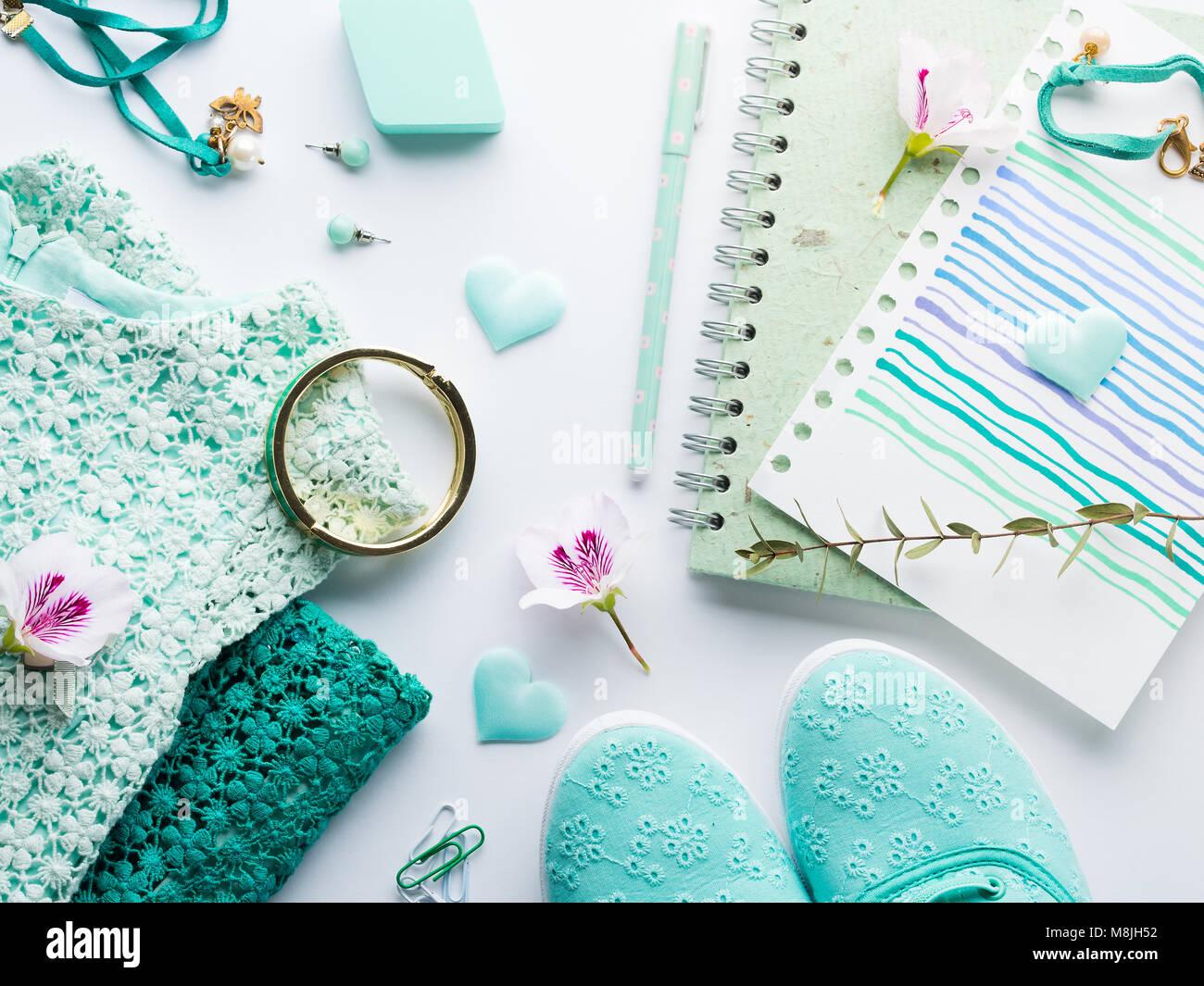 5d1df4a81358 Pastel de color verde menta mujer ropa de estilo de vida laical plana con  accesorios, portátil y teclado