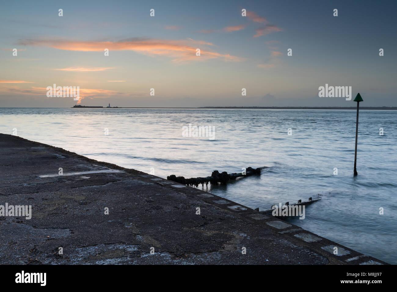 Un hermoso paisaje marino y atmosférico o el paisaje de la costa de la isla de Wight con castillo Hurst y keyhaven Imagen De Stock