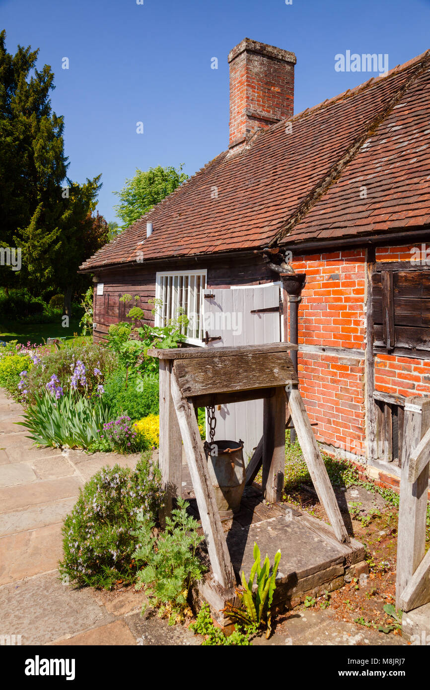 CHAWTON, REINO UNIDO - jun 8, 2013: Bakehouse y bien en el jardín de Chawton Cottage, un museo independiente Imagen De Stock