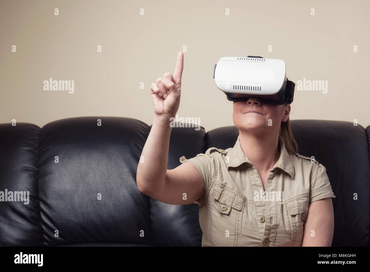 Mujer vistiendo gafas de realidad virtual Imagen De Stock