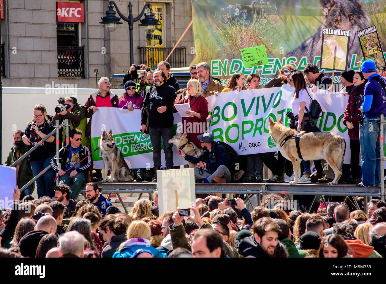 Madrid, España. 18 Mar, 2018. Cientos de personas se han manifestado en Madrid, España, para defender Imagen De Stock