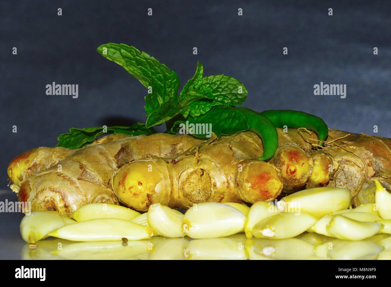 Cerrar vista de el jengibre, el ajo con unas hojas de menta sobre ...