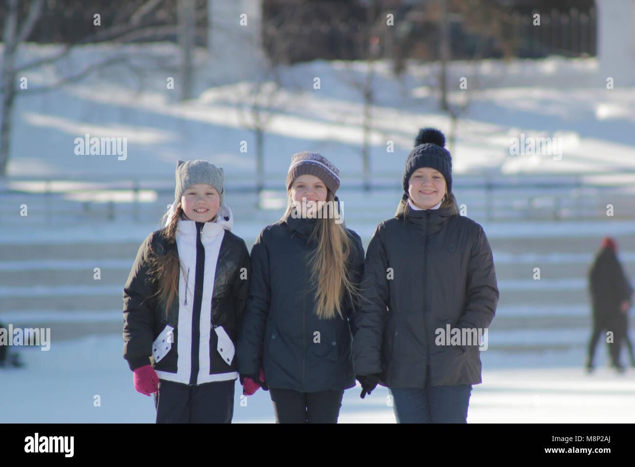 Retrato de tres chicas adolescentes vistiendo gorros de invierno en invierno  fuera Imagen De Stock 225d1c65940