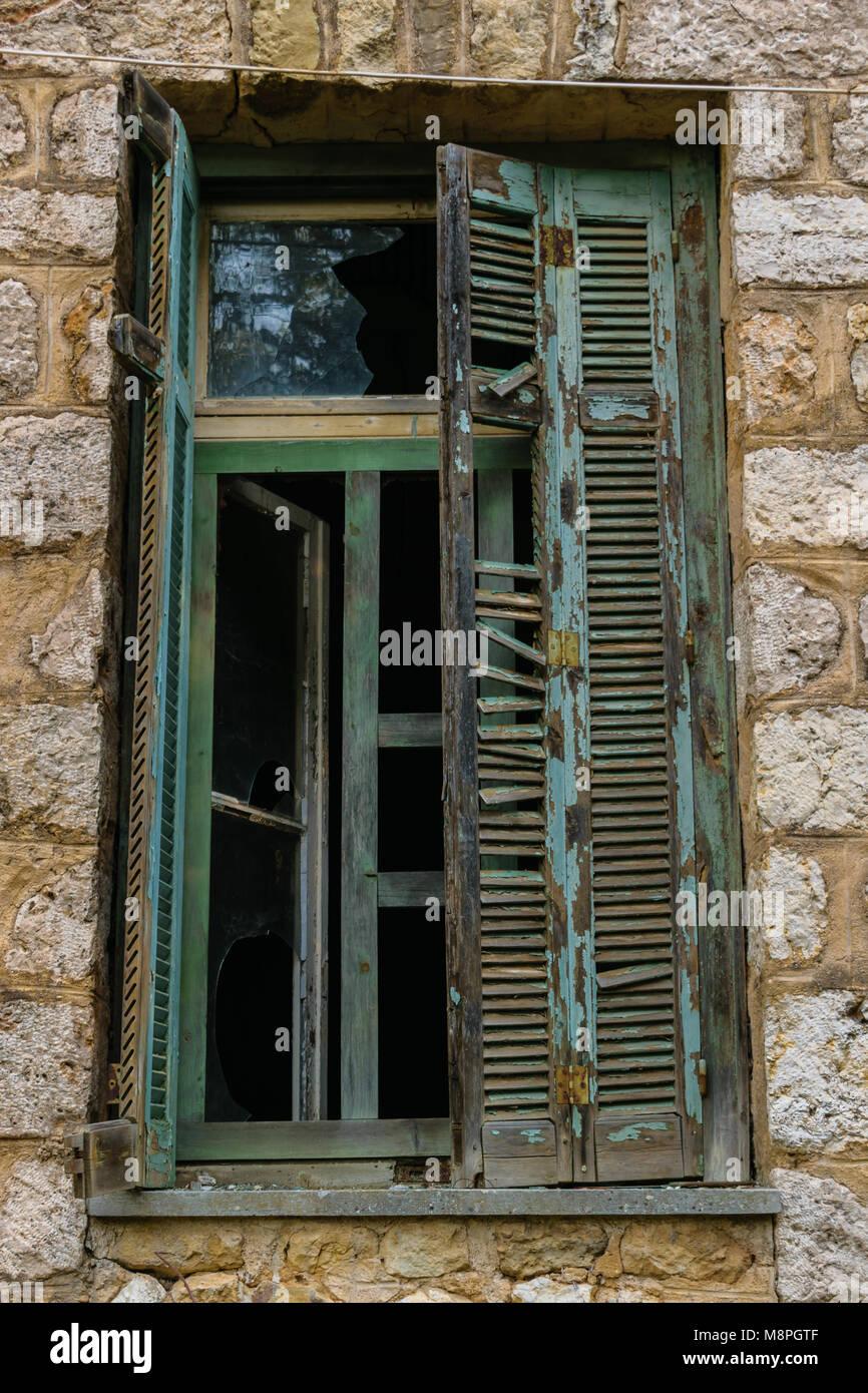 Viejas ventanas de madera con persianas rotas, muro de piedra Foto ...