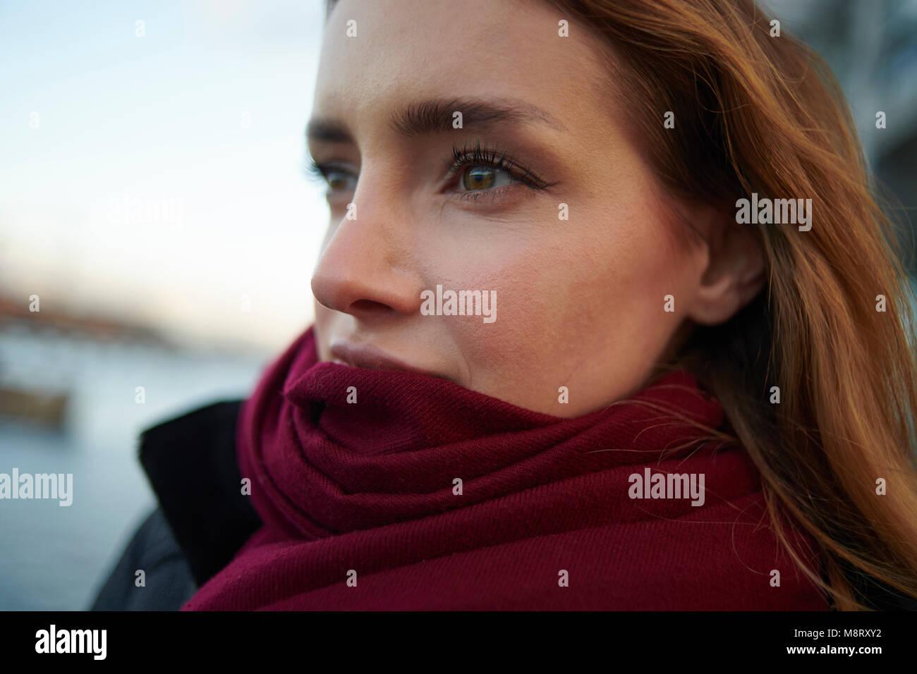 Close-up de pensativa mujer vistiendo la bufanda en el exterior Imagen De Stock