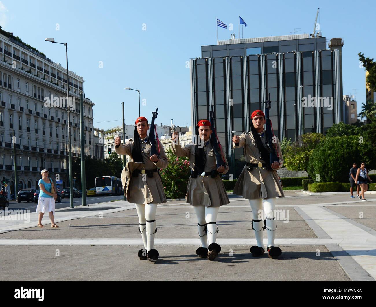 Cambio de guardia delante de la tumba del Soldado Desconocido, el parlamento griego en Atenas. Foto de stock