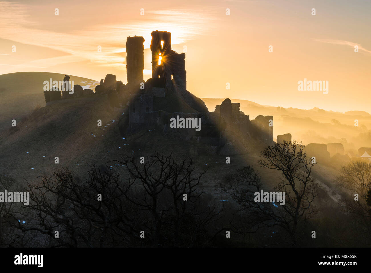 El castillo Corfe, en Dorset, Reino Unido. El 21 de marzo de 2018. El clima del Reino Unido. Los haces de luz del Imagen De Stock