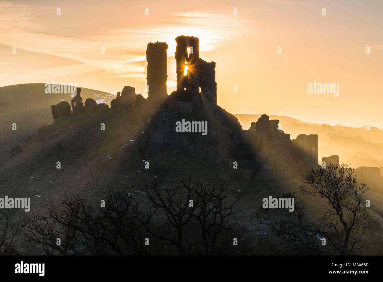 El castillo Corfe, en Dorset, Reino Unido. El 21 de marzo de 2018. El clima del Reino Unido. Los haces de luz del Foto de stock