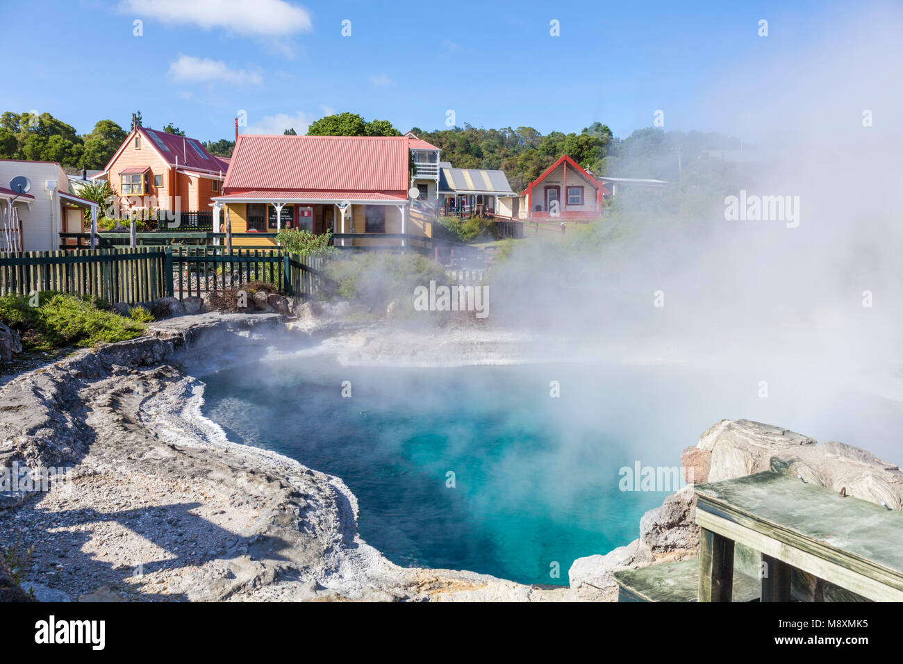 Nueva Zelanda ROTORUA Nueva Zelanda ROTORUA whakarewarewa Parekohuru piscina termal o ondulaciones asesina piscina Imagen De Stock