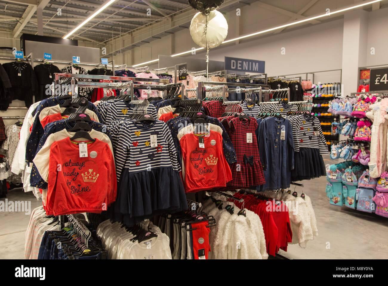 Ropa para niños a la venta en la sección de George un supermercado Asda. Imagen De Stock