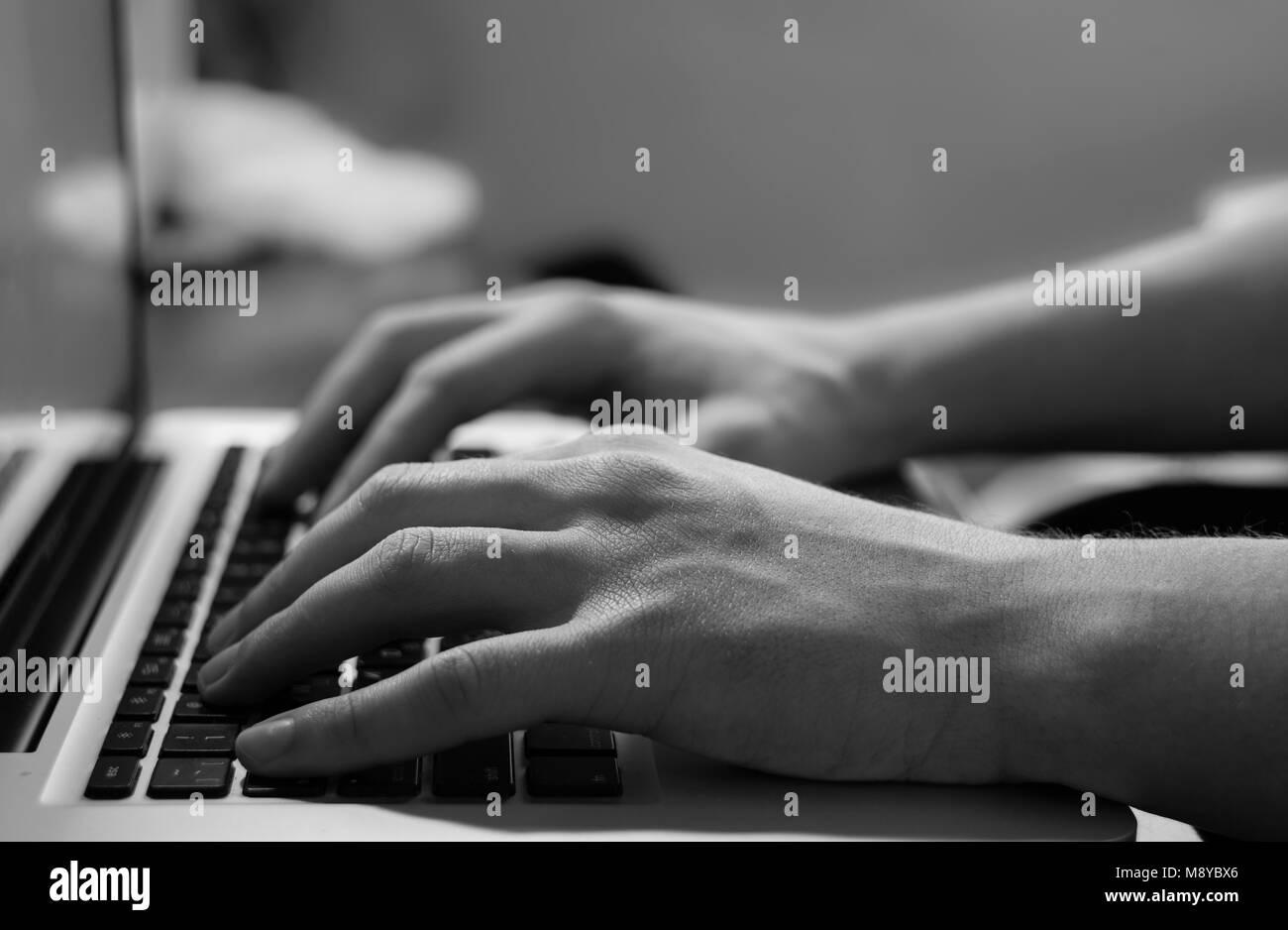 Macro, hombres mano escribiendo en el teclado del portátil Foto de stock