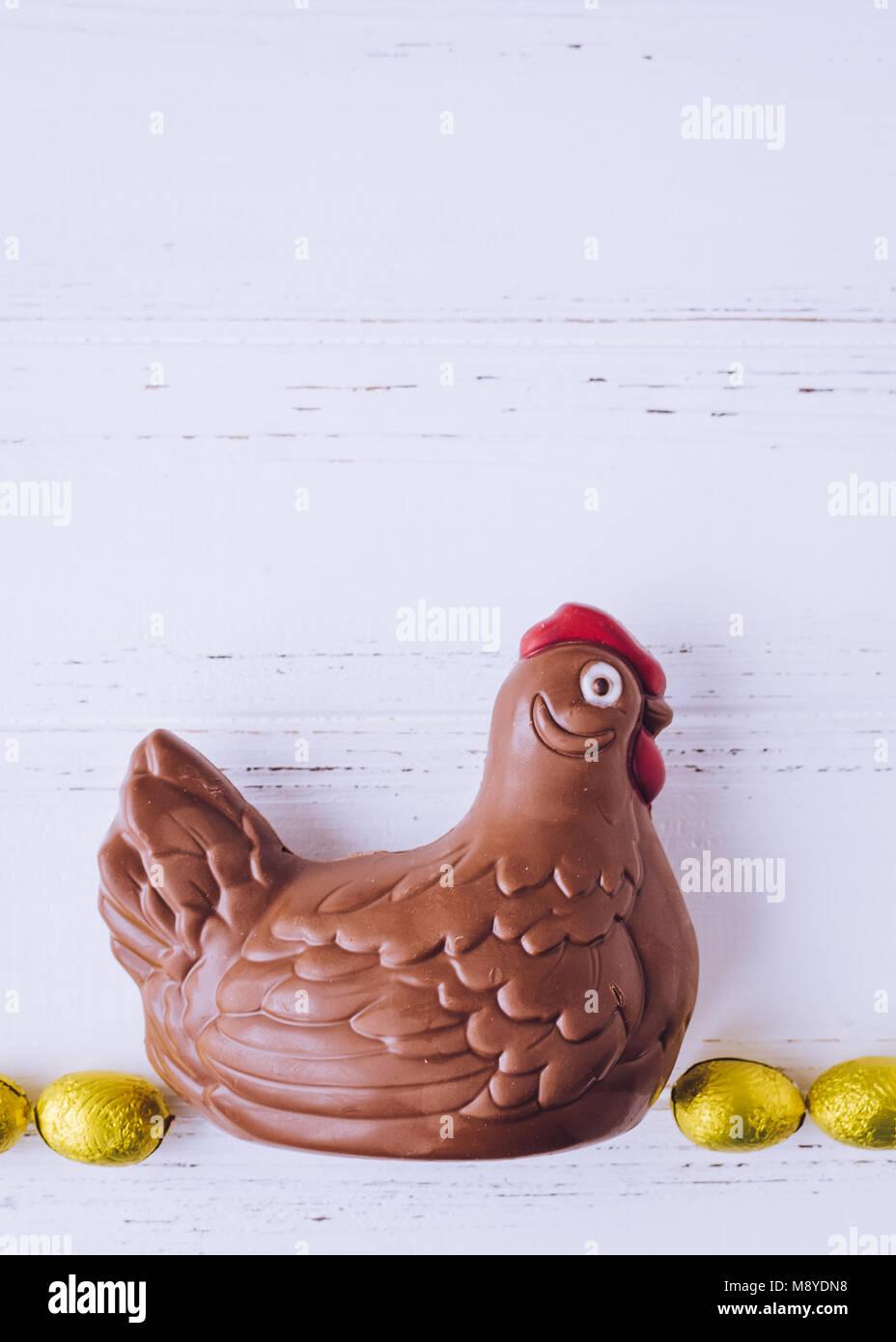 Composición de Pascua con chocolate pollo y huevos de color amarillo ...
