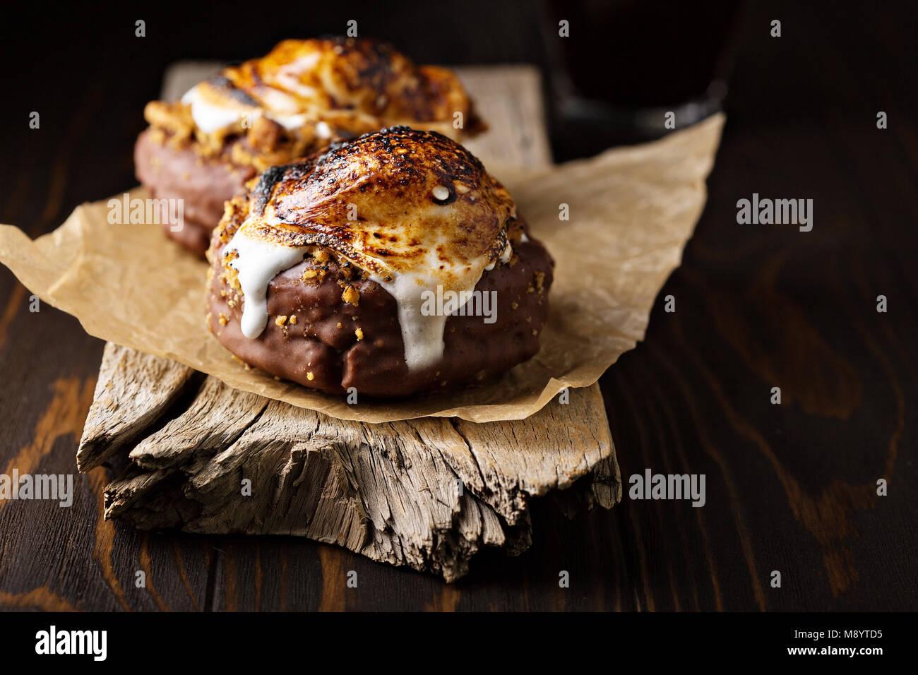 Smores donuts sobre fondo oscuro Imagen De Stock