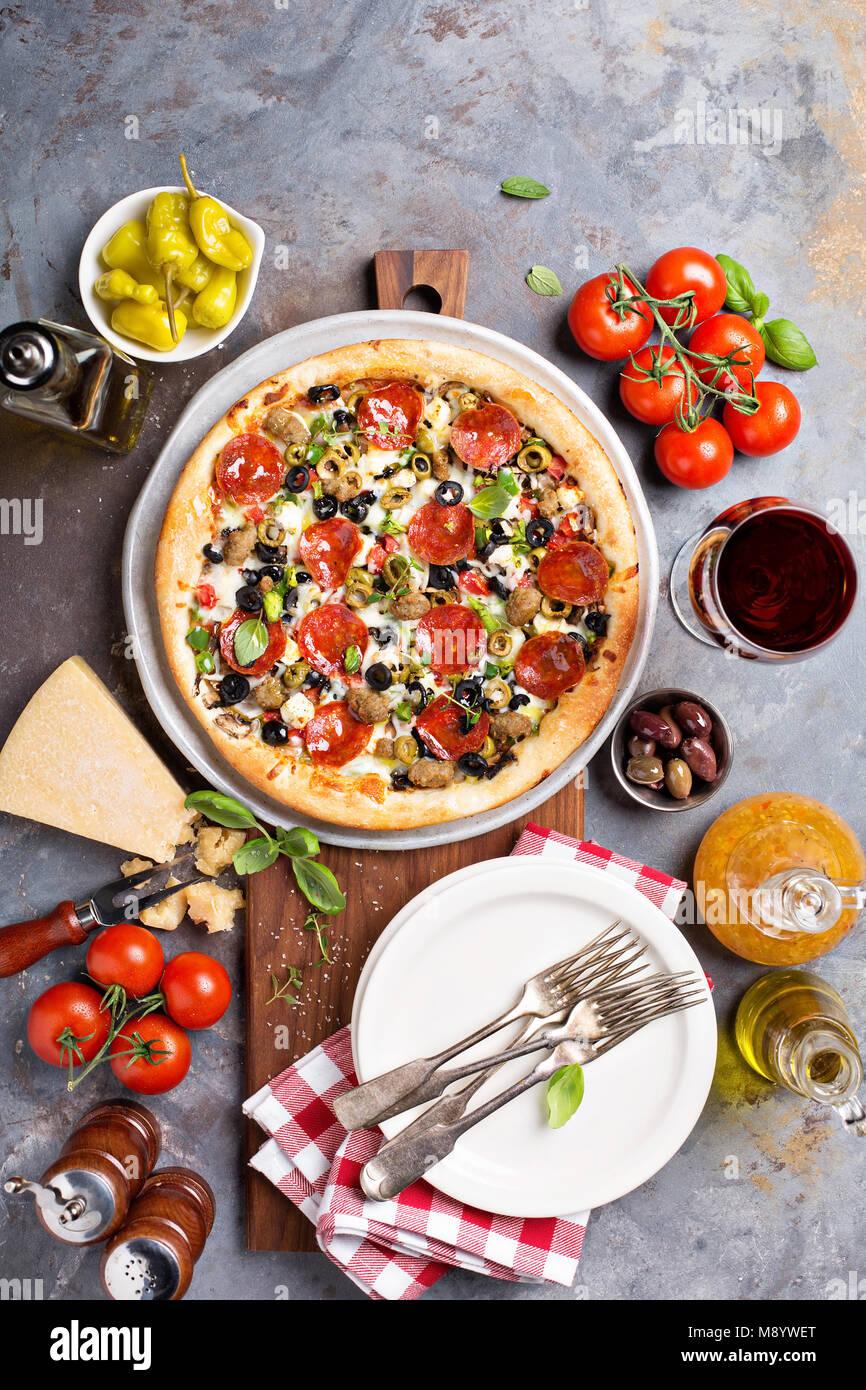 Pizza de pepperoni con aceitunas Foto de stock