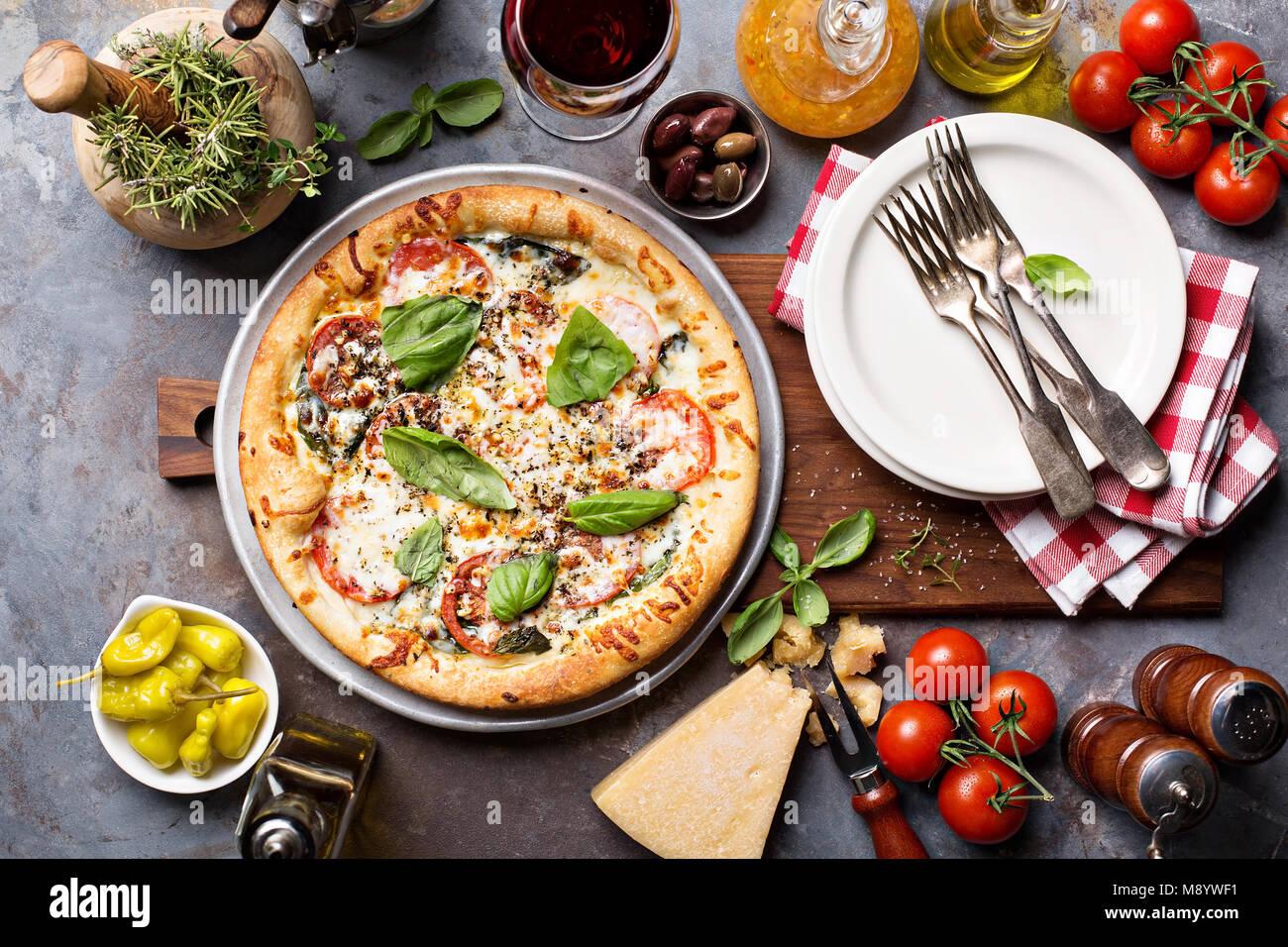 Margherita pizza con albahaca Foto de stock