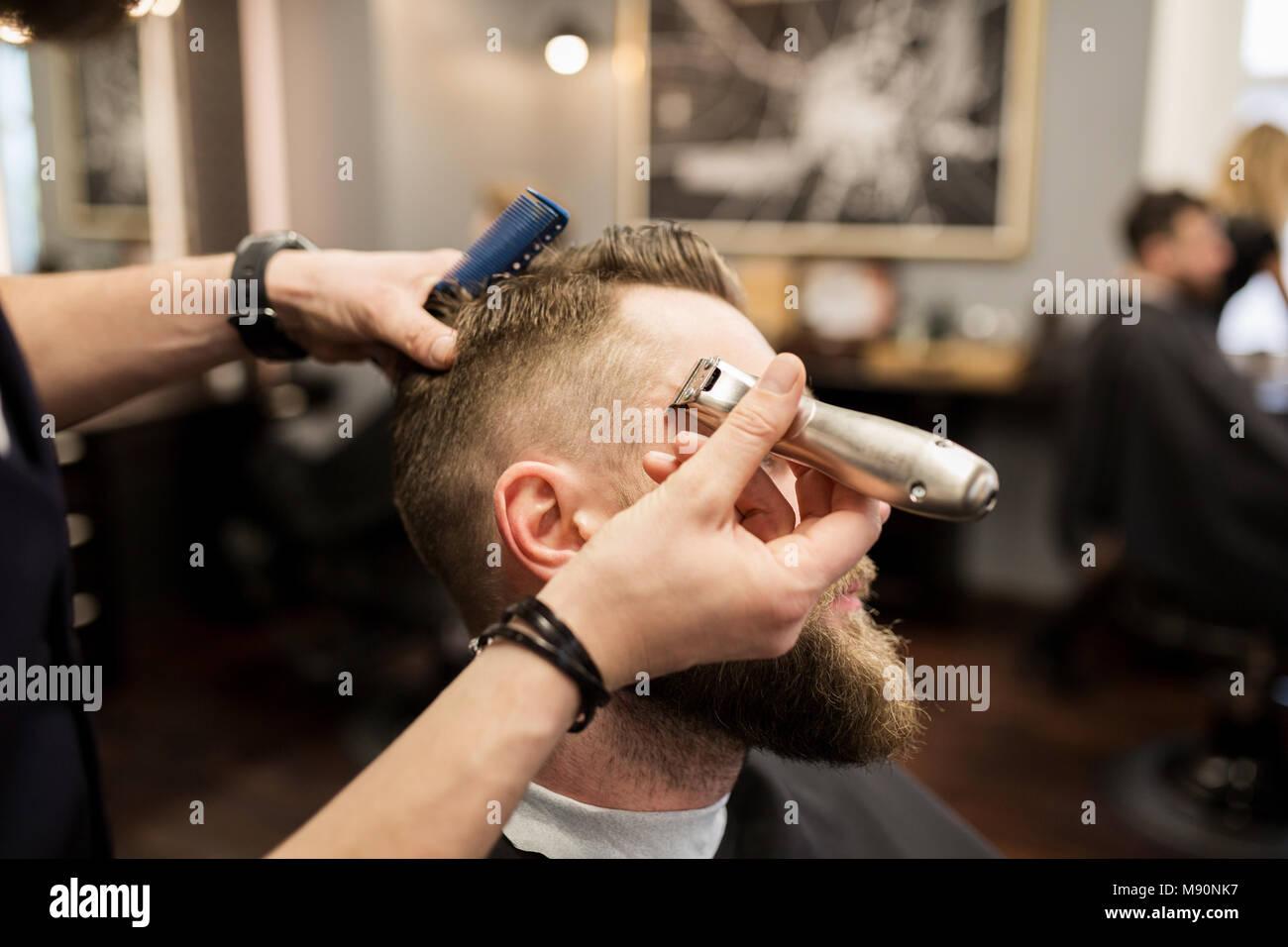 Retrato del hombre barbado siendo afeitado en Barber shop Foto de stock