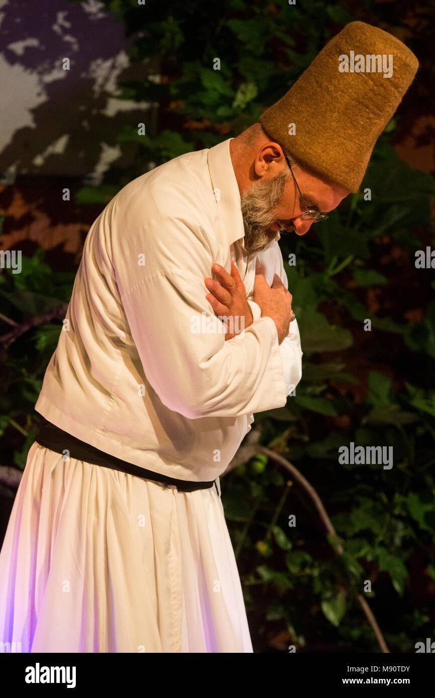 Concierto de música sufí en el Instituto de las Culturas Islámicas, París, Francia. Derviche. Imagen De Stock