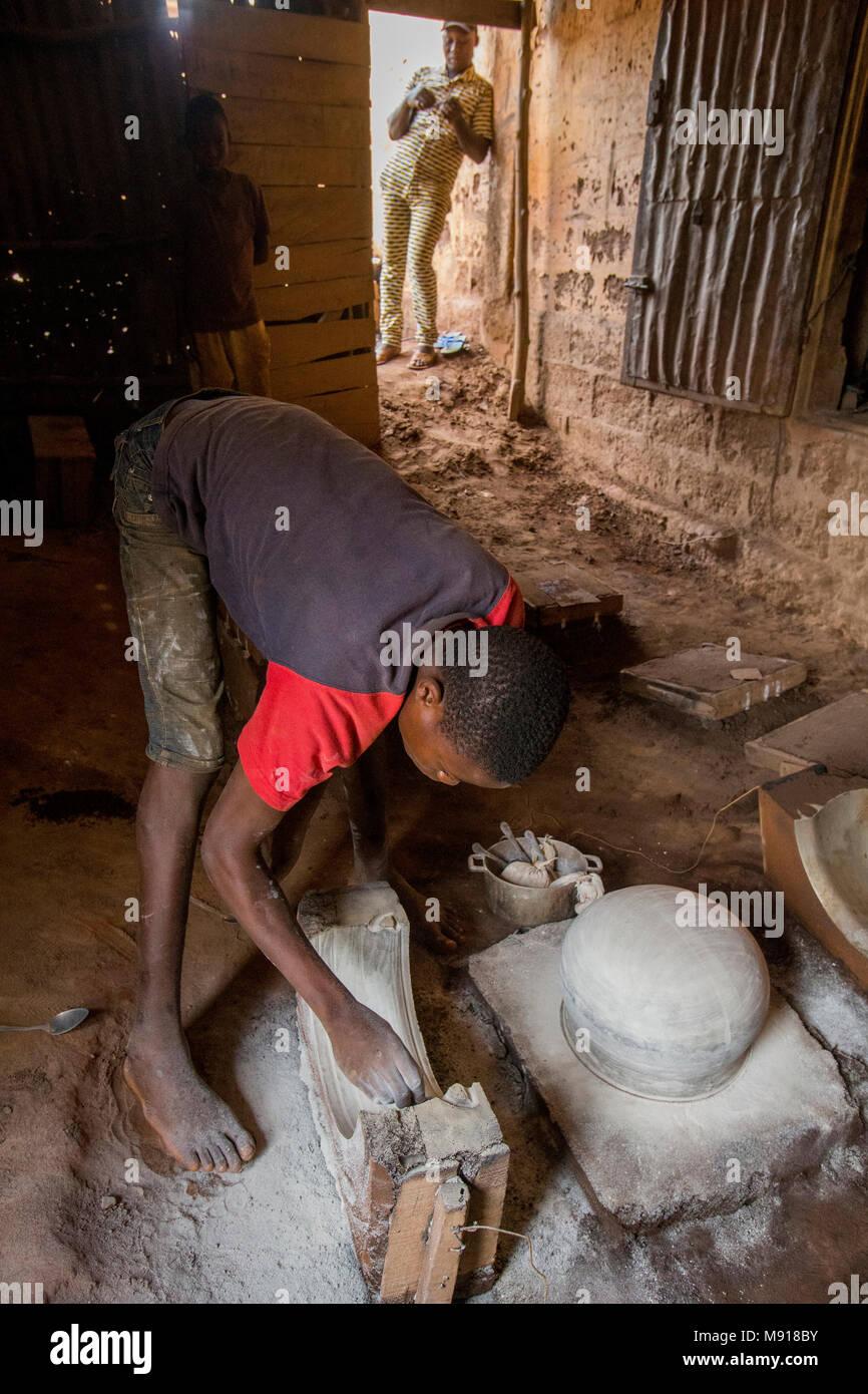 Herrería en Bohicon, Benin. Joven trabajador y jefe. Foto de stock