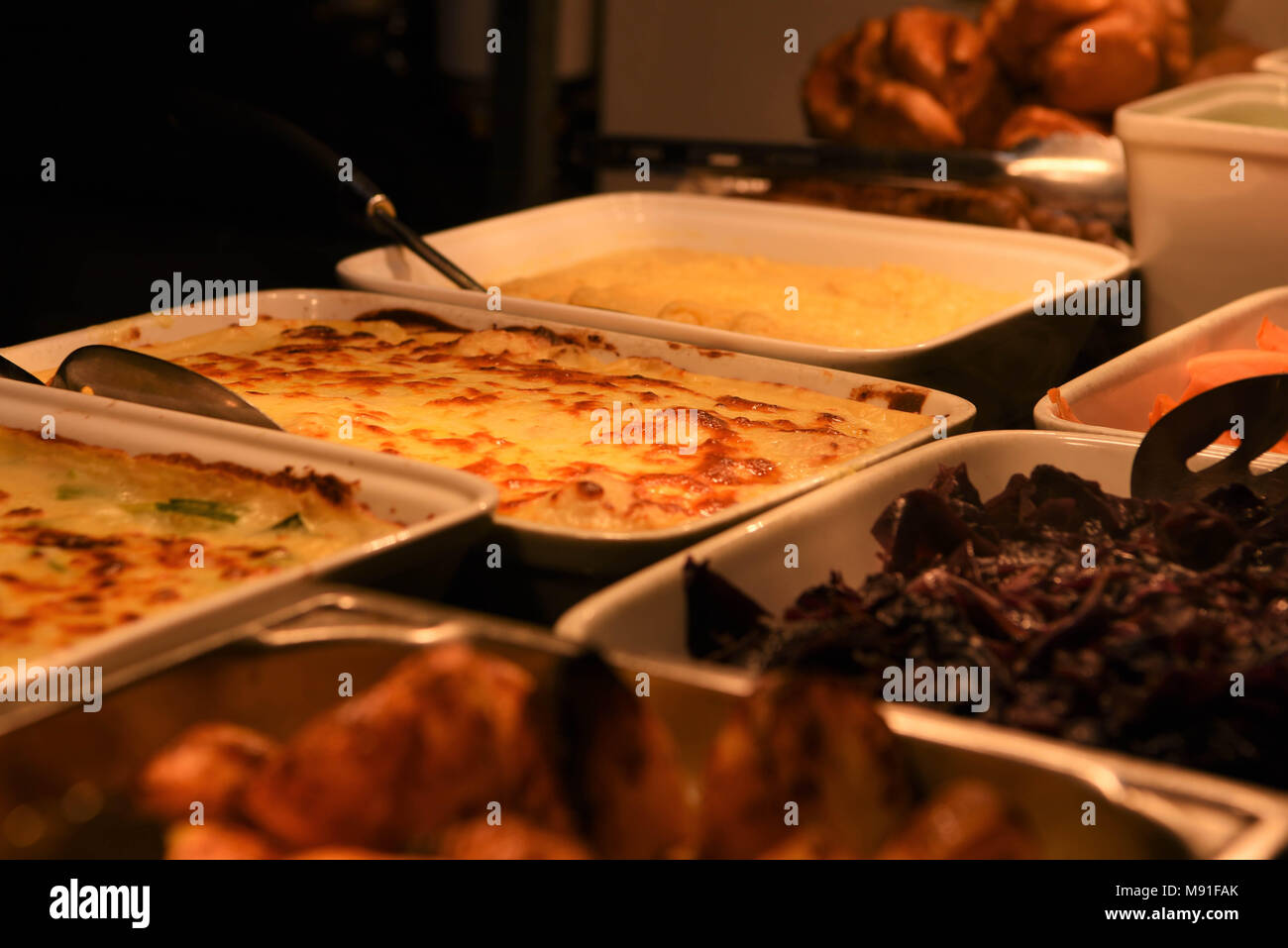 Deliciosos cocidos coliflor queso y verduras cena asado listo para comer Imagen De Stock