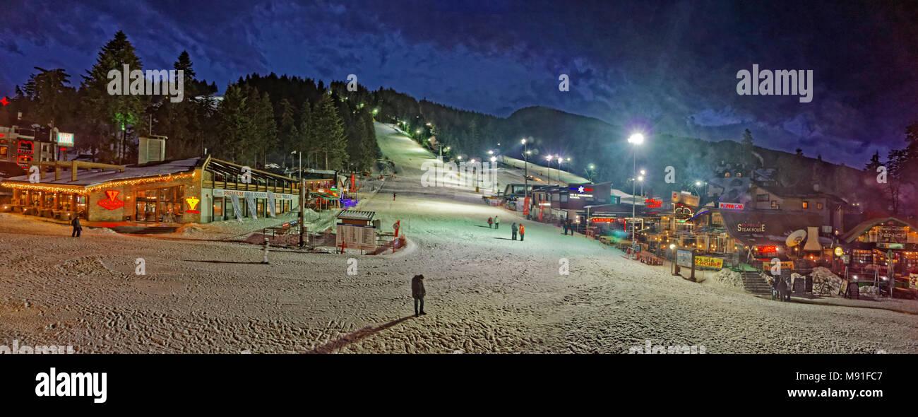 Esquí nocturno panorama en Borovets ski resort, cerca de Samokov, Targovishte, Bulgaria. Foto de stock