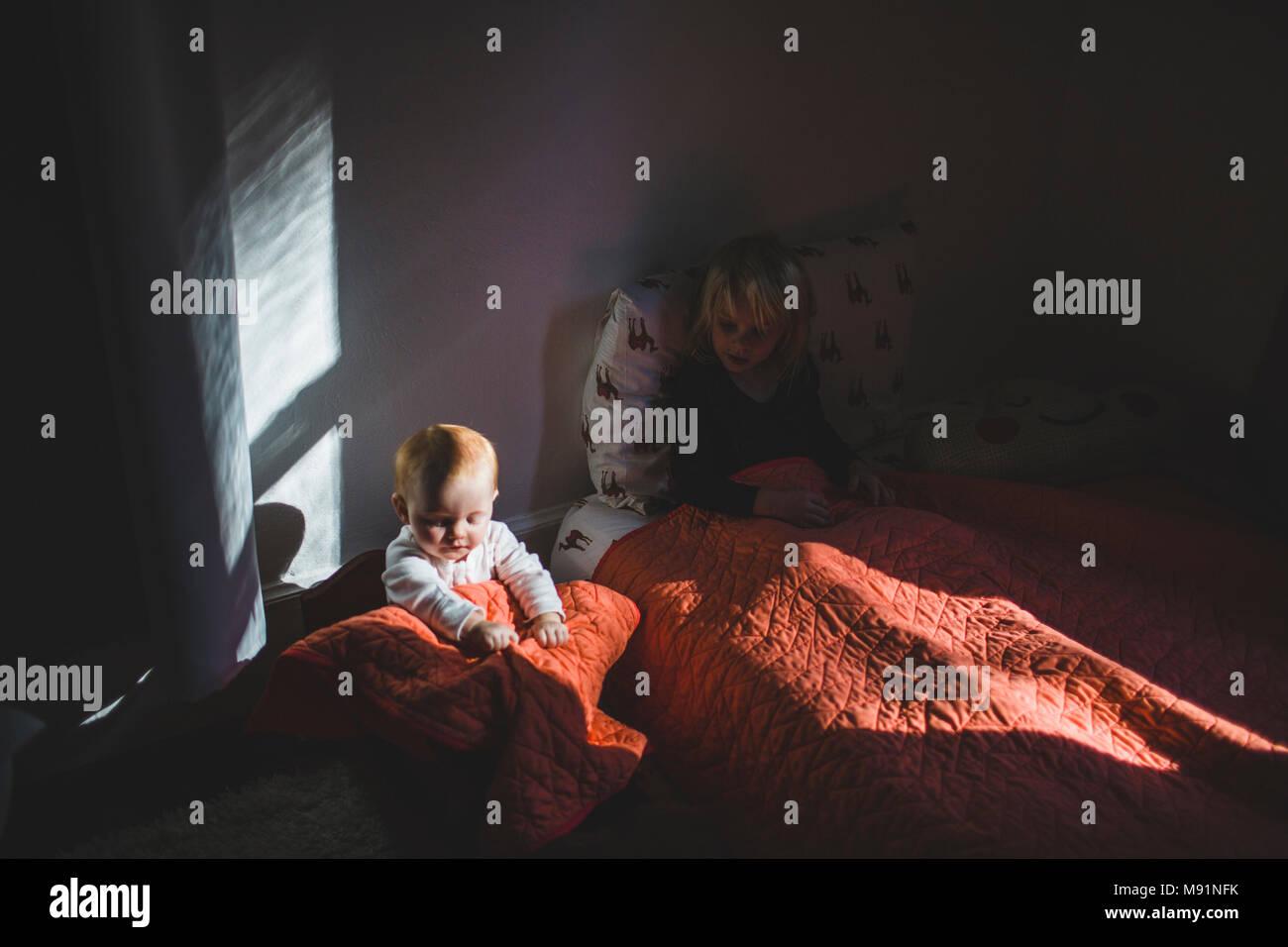 Bebe en Cuna babydoll impresionante luz moderna habitación de los niños Imagen De Stock