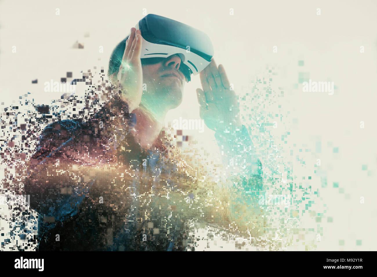 El Hombre con gafas de realidad virtual. La tecnología del futuro concepto. La moderna tecnología de diagnóstico por imagen. Fragmentado por píxeles. Foto de stock