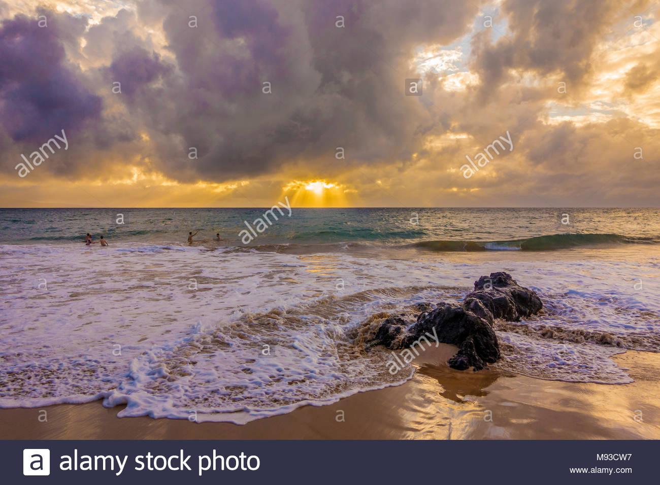Por la noche las nubes y suaves olas del océano Pacífico en Kamaole Beach Park 11 en Kihei, en la isla de Maui en el estado de Hawaii, EE.UU. Imagen De Stock