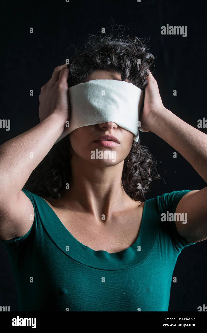 Retrato de una mujer con los ojos vendados con cabello oscuro Imagen De Stock