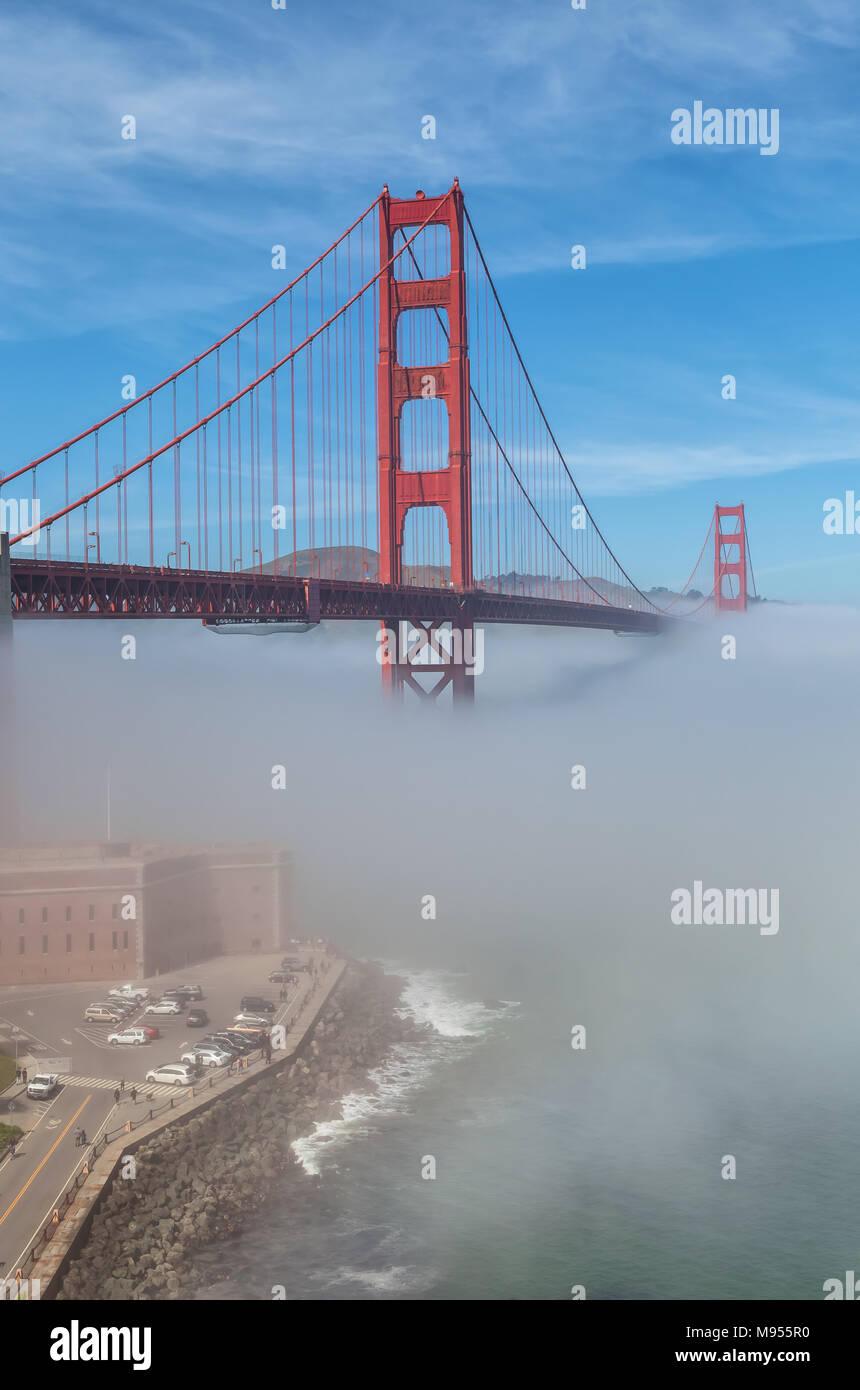 Vista del Puente Golden Gate y Fort Point con espesa niebla baja, San Francisco, California, Estados Unidos. Imagen De Stock