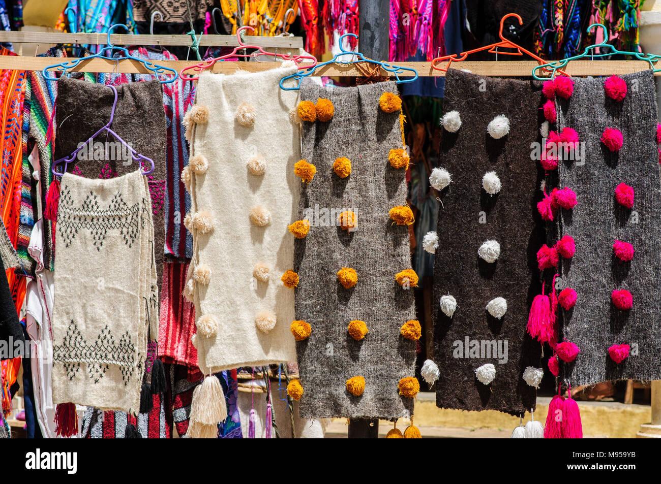 41a4ac0633 Coloridos trajes indígenas en un mercadillo al aire libre en San Cristóbal  de las Casas