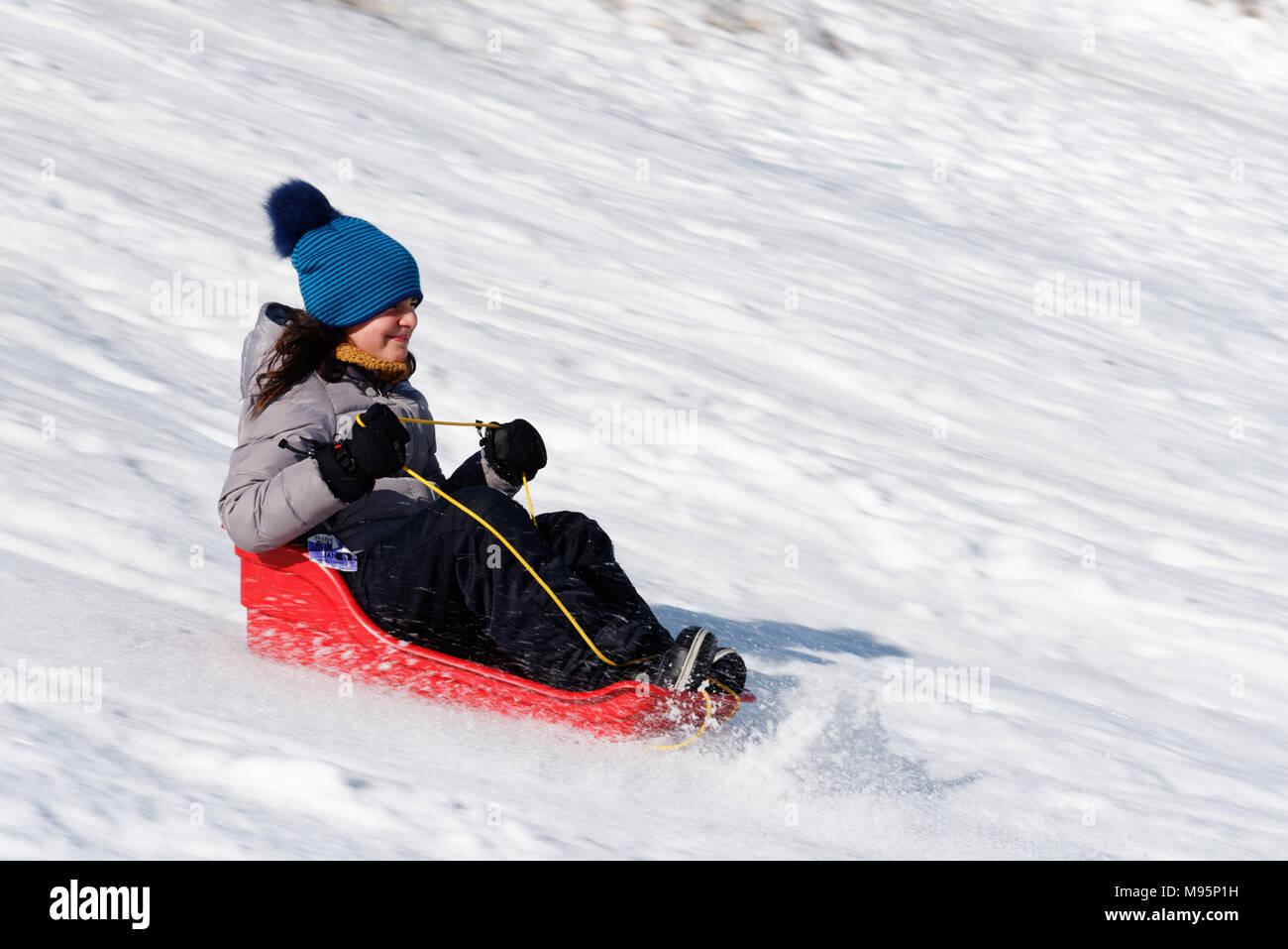 Una niña de 10 años trineo en Quebec Canadá Imagen De Stock