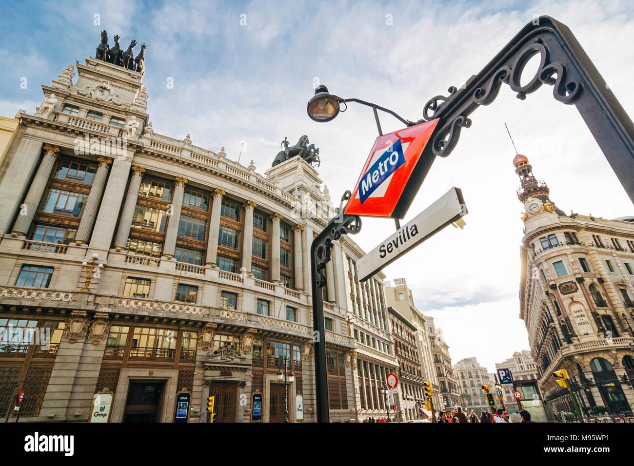 Madrid, España: Madrid, España : Sevilla metro firmar por banco BBVA edificio (1920 - 1923) en la calle Alcalá. Foto de stock