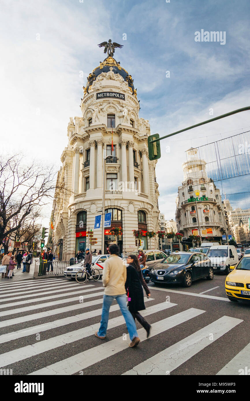 Madrid, España : transeúntes Metropolis emblemático edificio en la esquina de las calles Alcalá y Gran Vía. Inaugurado en 1911, fue diseñado por Jules y Imagen De Stock