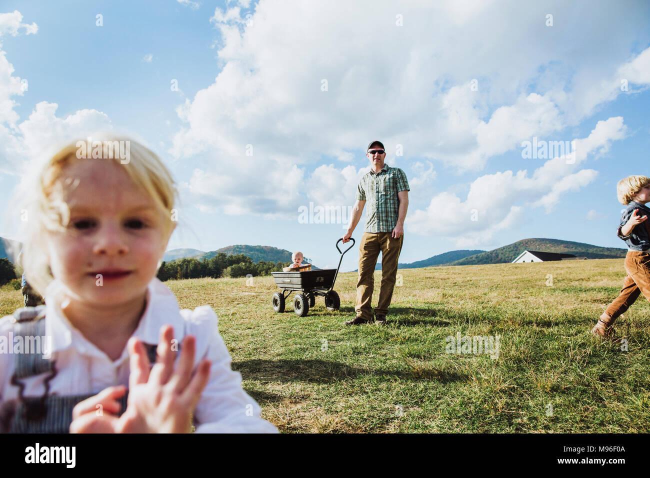Familia con el vagón en apple farm Imagen De Stock