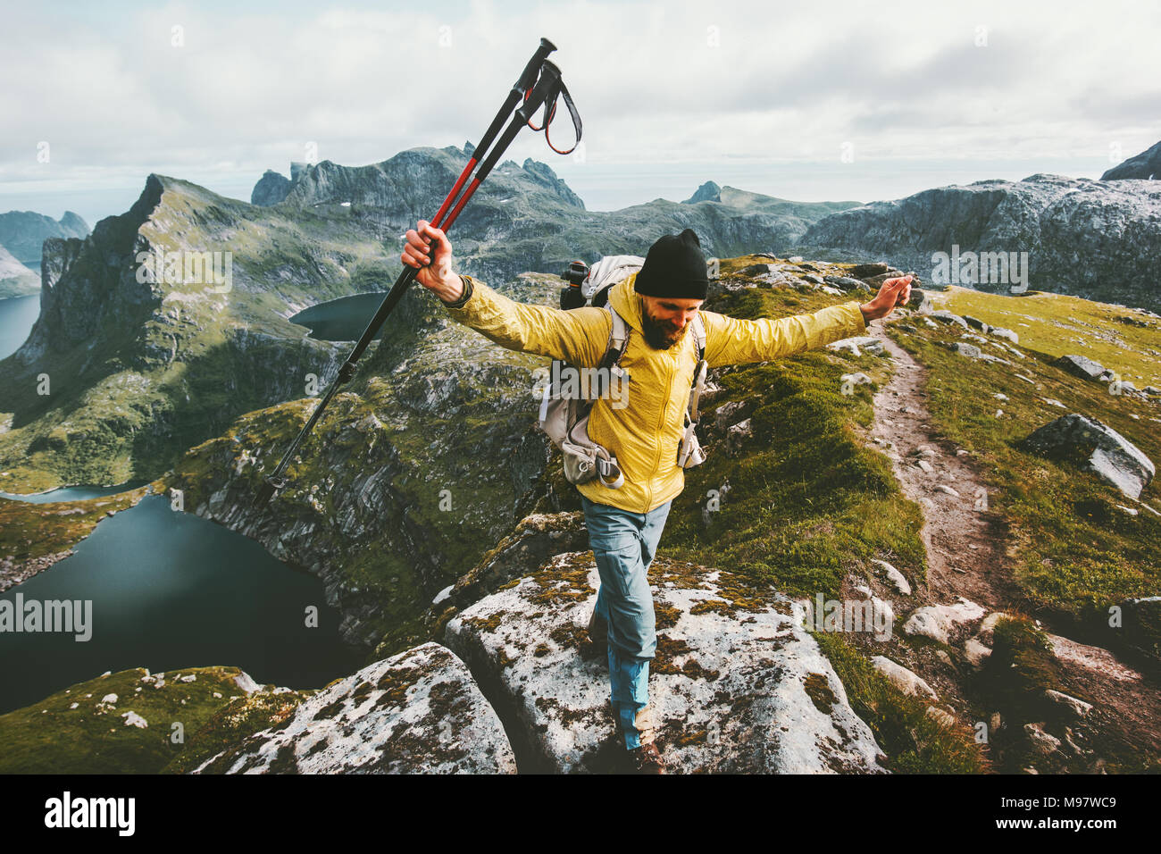 Hombre aventurero trail running en las montañas de Noruega viaje de aventura en el estilo de vida éxito ganador concepto activo de senderismo vacaciones de verano piscina Imagen De Stock