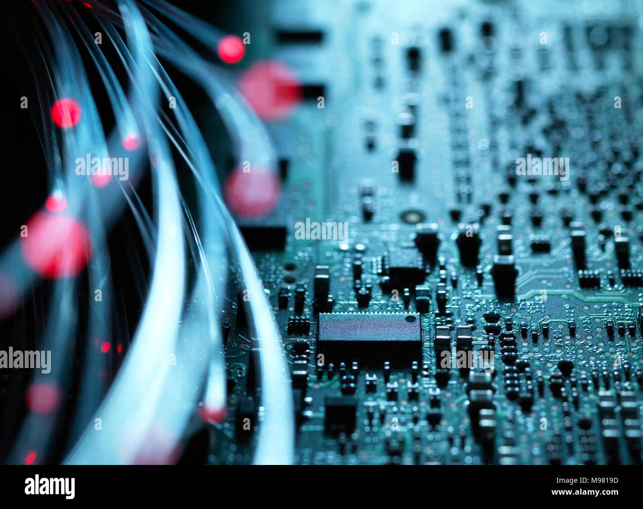 Fibra óptica, hardware, placa de circuito en el fondo Foto de stock