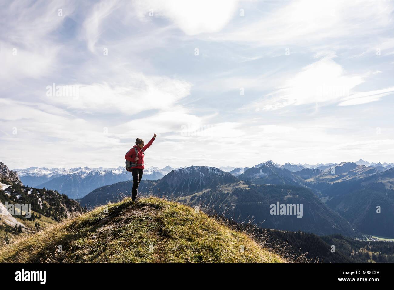 Austria, Tirol, joven en permanente mountainscape vítores Imagen De Stock