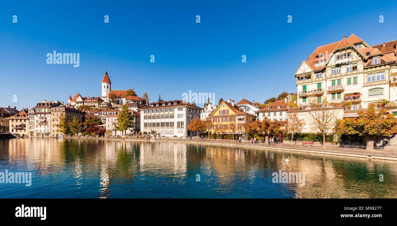 Schweiz, Kanton, Berner Oberland de Berna, Thun, Fluss Aare, Altstadt, Stadtkirche Aarequai Foto de stock