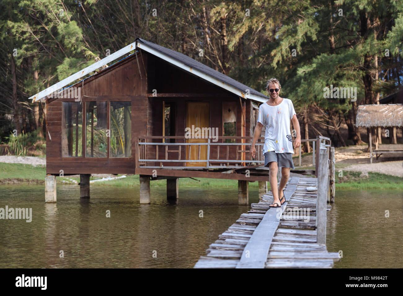 Indonesia, Sumatra, joven caminando en pasarela Imagen De Stock