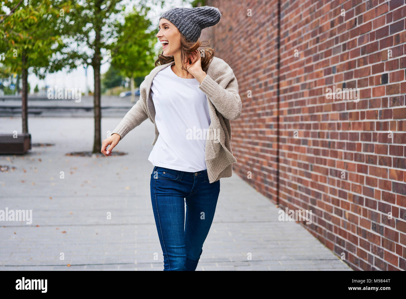 Mujer feliz corriendo en la calle Imagen De Stock