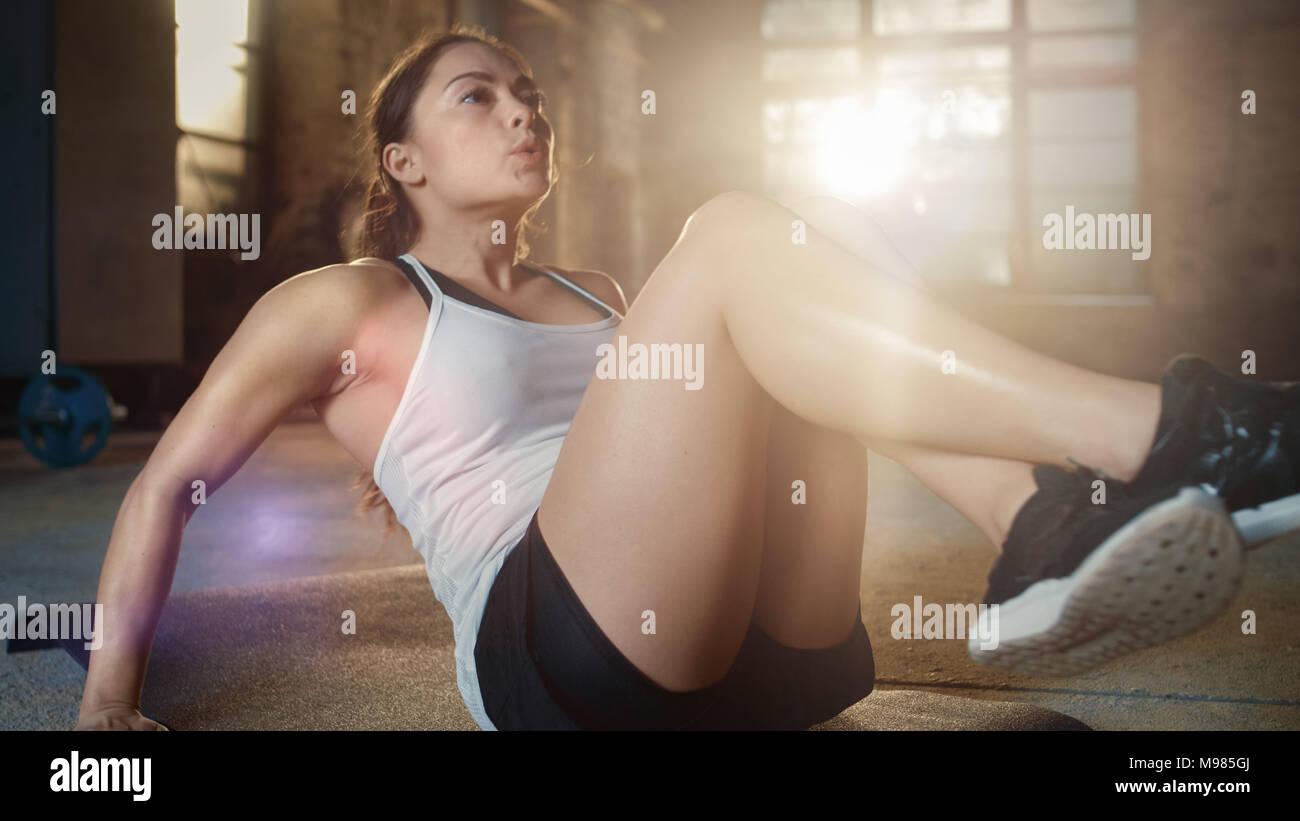 Athletic hermosa mujer ¿cruje / sentarse ups / ejercicios abdominales como parte de su cruz, Fitness Gimnasio de Musculación rutina de entrenamiento. Imagen De Stock
