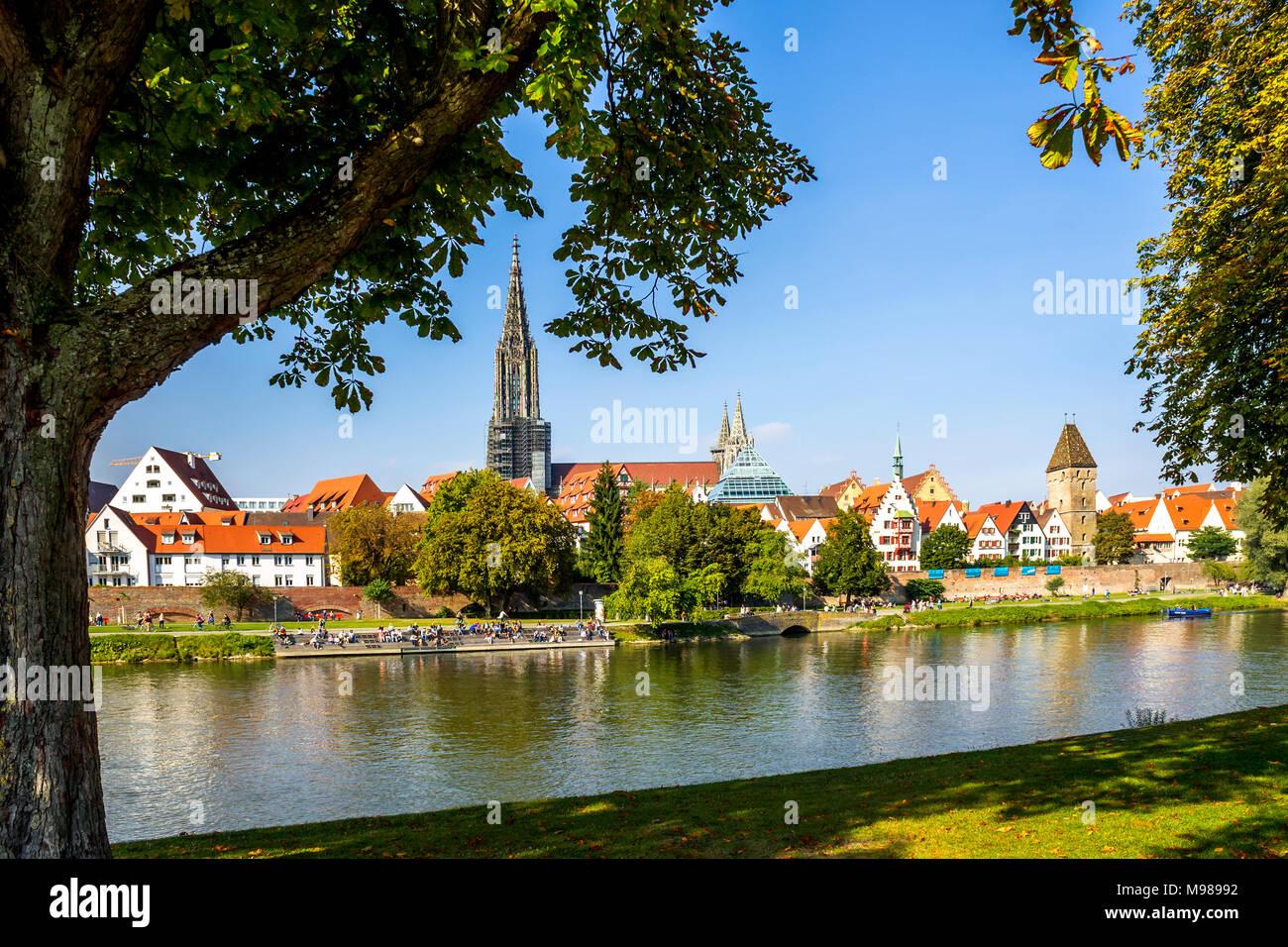 Alemania, Baden-Wuerttemberg, Ulm, Ulm Minster y el río Danubio Foto de stock