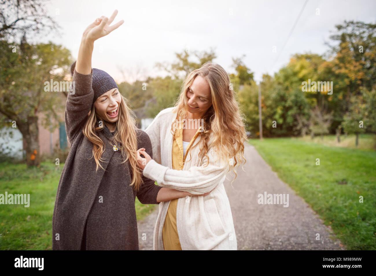 Dos mujeres que caminan felices en el paisaje rural Imagen De Stock