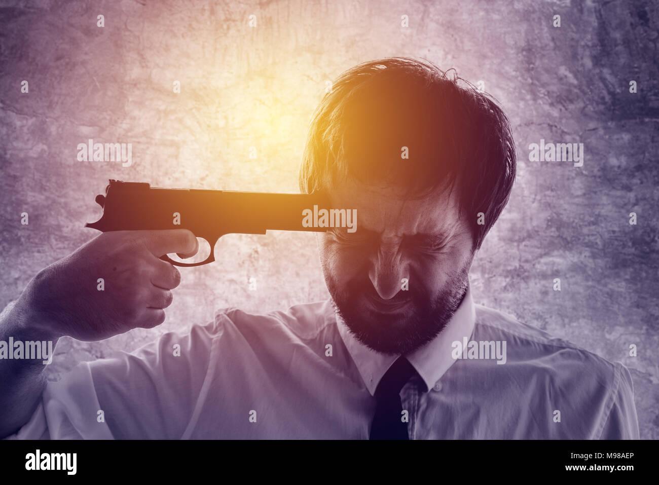 Puntos empresario pistola a la cabeza, decepcionado hombre suicida a punto de cometer un suicidio. El desempleo y el fracaso de la empresa concepto, tonos ultra violeta Imagen De Stock