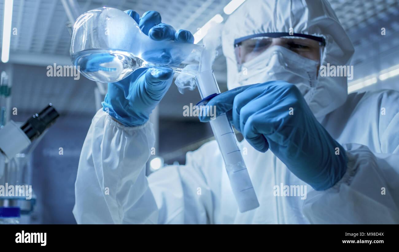 Seguro en un laboratorio de investigación de alto nivel científico mezcla de fumar compuestos a partir de pruebas el tubo con el asunto en un vaso de precipitados. Imagen De Stock