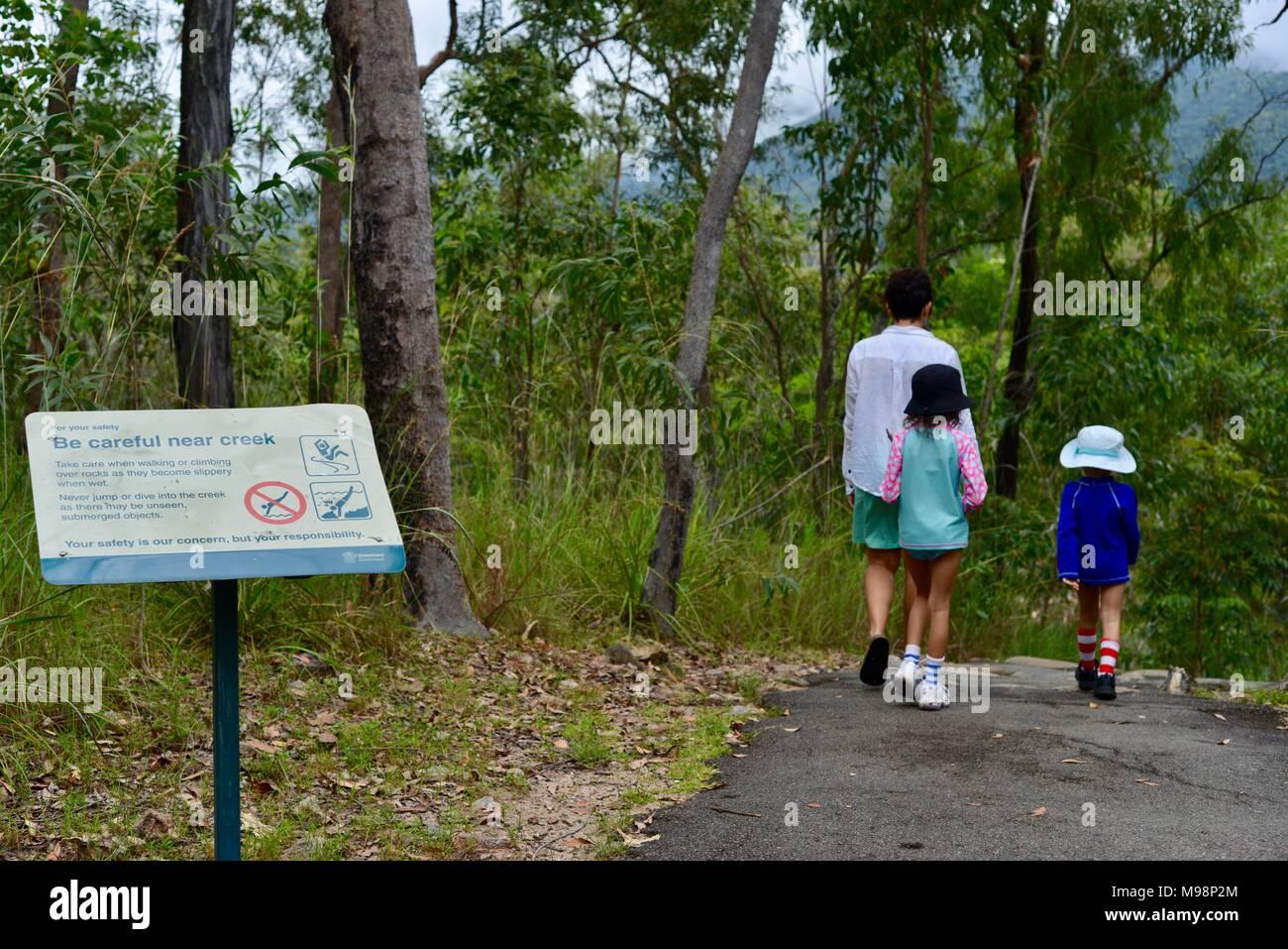 Tenga cuidado cerca de Creek, ningún signo de reloj de buceo de rocas en paradise waterhole en Big Creek Crystal QLD, parque nacional Paluma, Australia Imagen De Stock