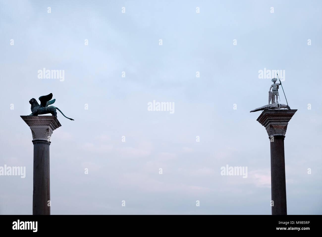 Columna de San Marcos (el león alado) y la columna de San Teodoro, los dos santos patronos de Venecia, situado en la Plaza de San Marcos, reúne la Gran Ca Foto de stock
