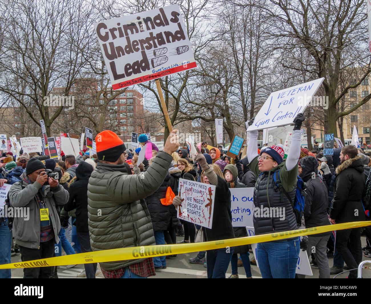 Chicago, Illinois, Estados Unidos. 24 de marzo de 2018. Reglamento pistola aboga por enfrentar un pro-armas contra los manifestantes de hoy en la Marcha por Nuestras Vidas protesta en esta ciudad del Medio Oeste. Miles de manifestantes reglamento pistola marcharon en apoyo de una mayor regulación de la pistola en los Estados Unidos. Imagen De Stock
