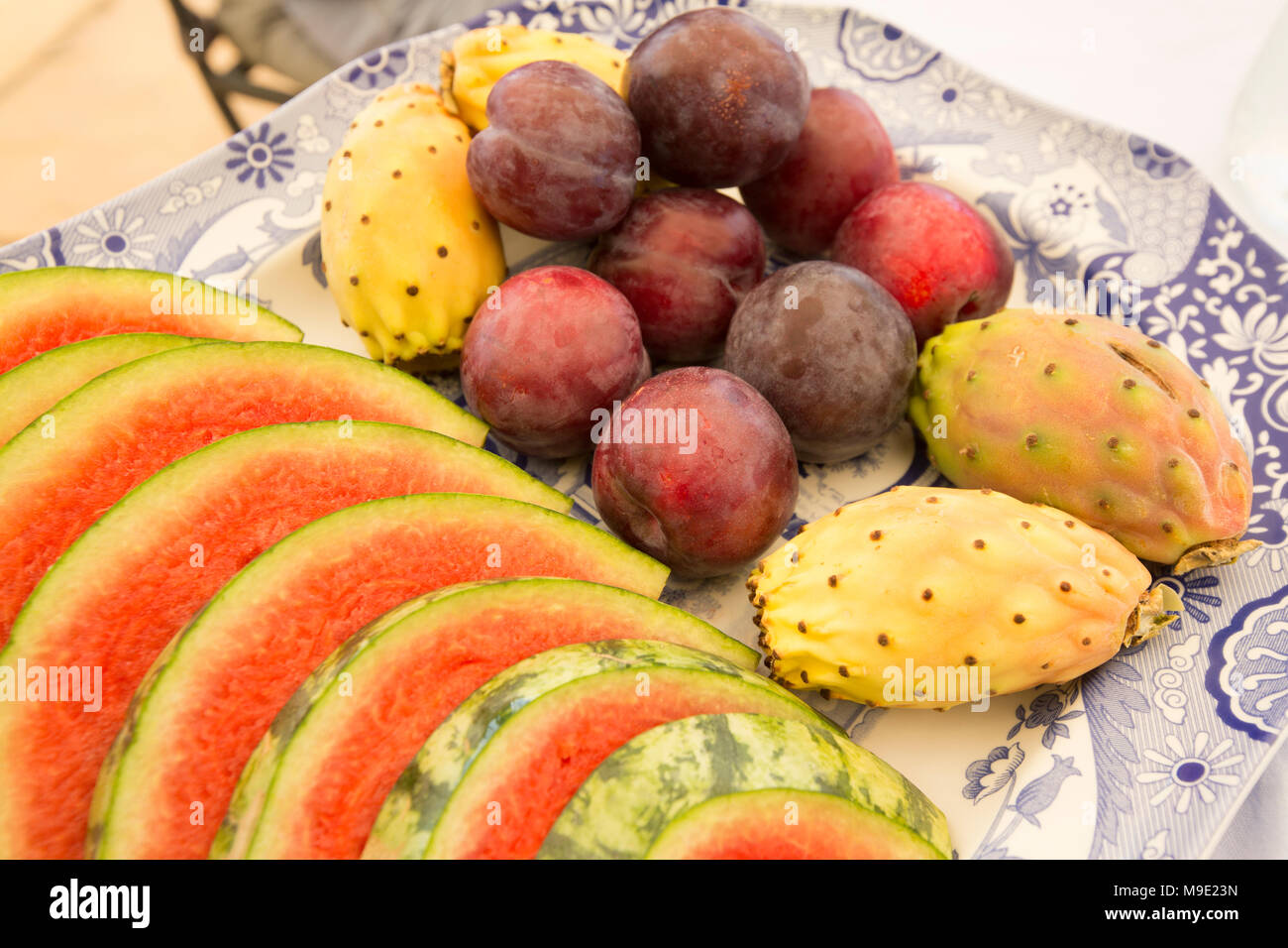 Plato de frutas a la hora del almuerzo en la Toscana Italia con rodajas de sandía, ciruelas y chumberas Imagen De Stock